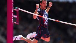Карантина? И това не спря олимпийски шампион да скочи 5,61 метра