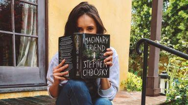 Нина Добрев потопена в атмосферата от книгите на Стивън Чбоски