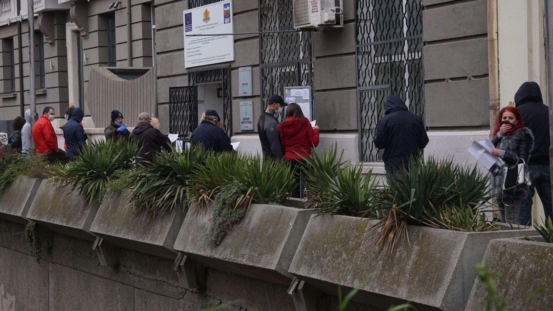 Чакащите за регистрация в бюрото по труда безработни във Варна
