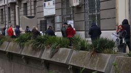 Докато едни чакат на опашка за безработни във Варна, други карат сърф (снимки)