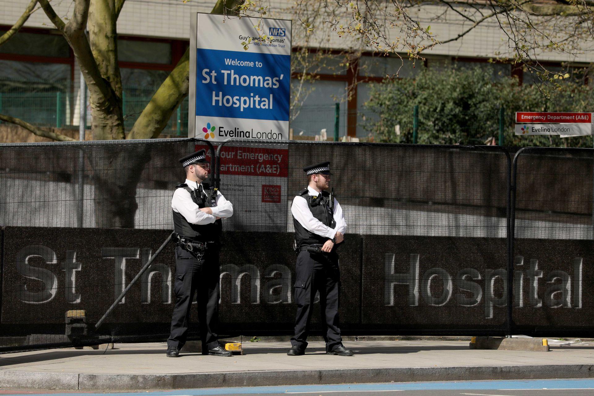 Охрана пред болницата, където лекуват Борис Джонсън