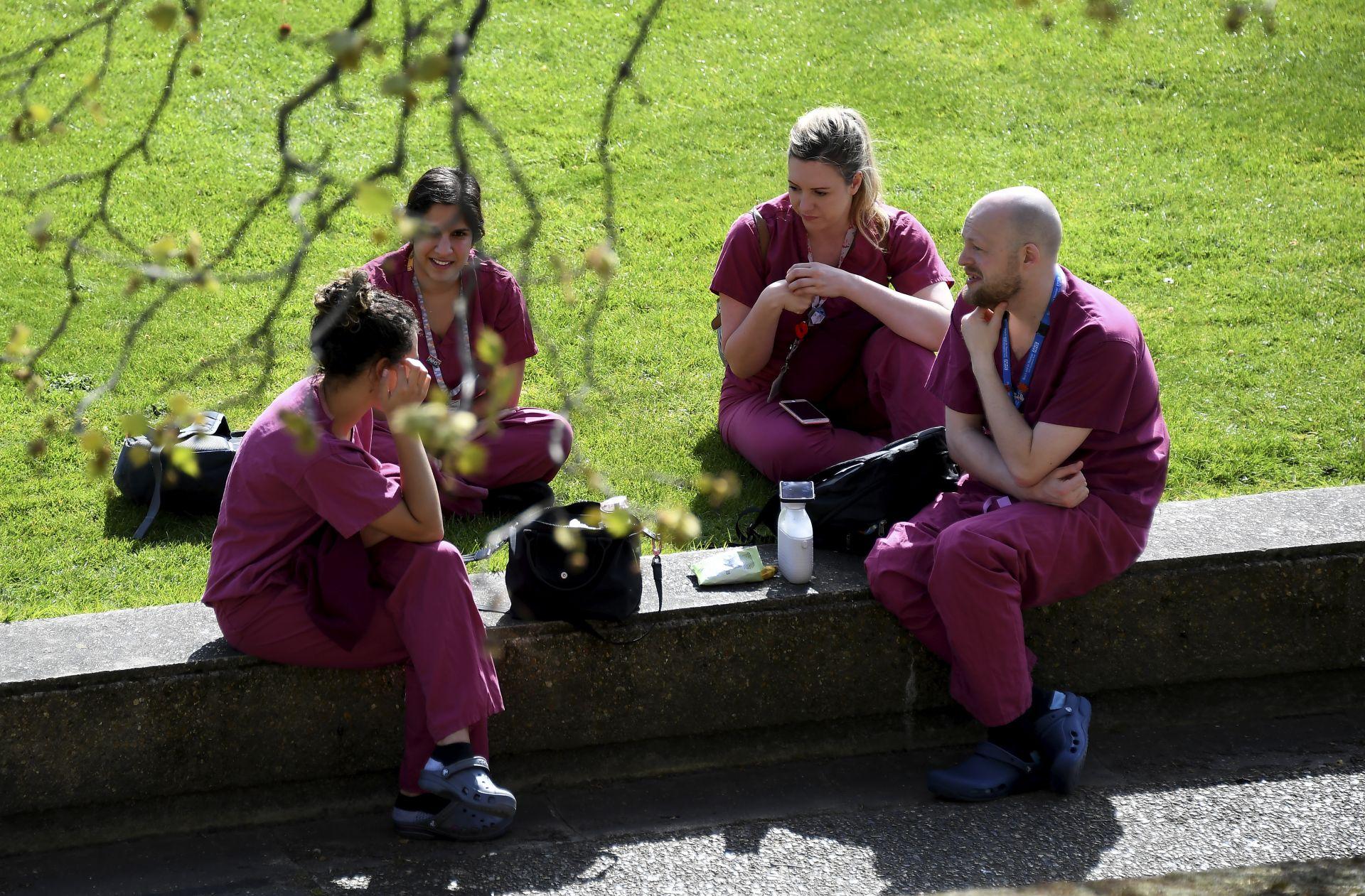 """Медицински работници си правят почивка пред болницата """"Сейнт Томас"""", където бе приет британският премиер Борис Джонсън"""