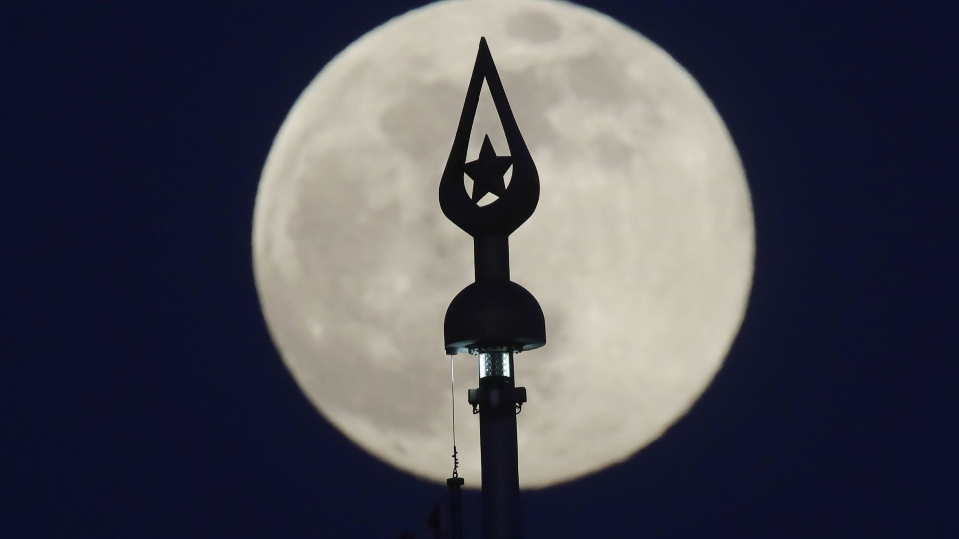 Тази нощ ще станем свидетели на явлението Супер розова Луна