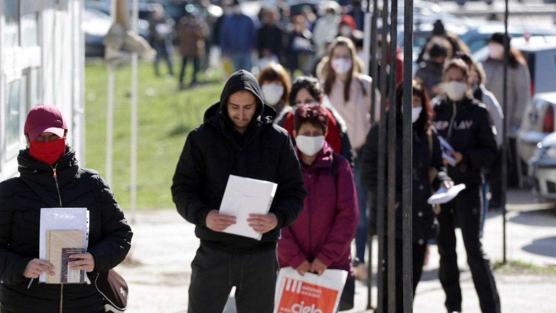 27 извънредни дни - опашки пред бюрата, 61 644 подадени молби за работа