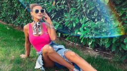 Светлана Гущерова по боди събира слънчеви лъчи на двора по боди