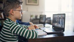 Родители настояват те да решават дали децата им да учат в училище или онлайн
