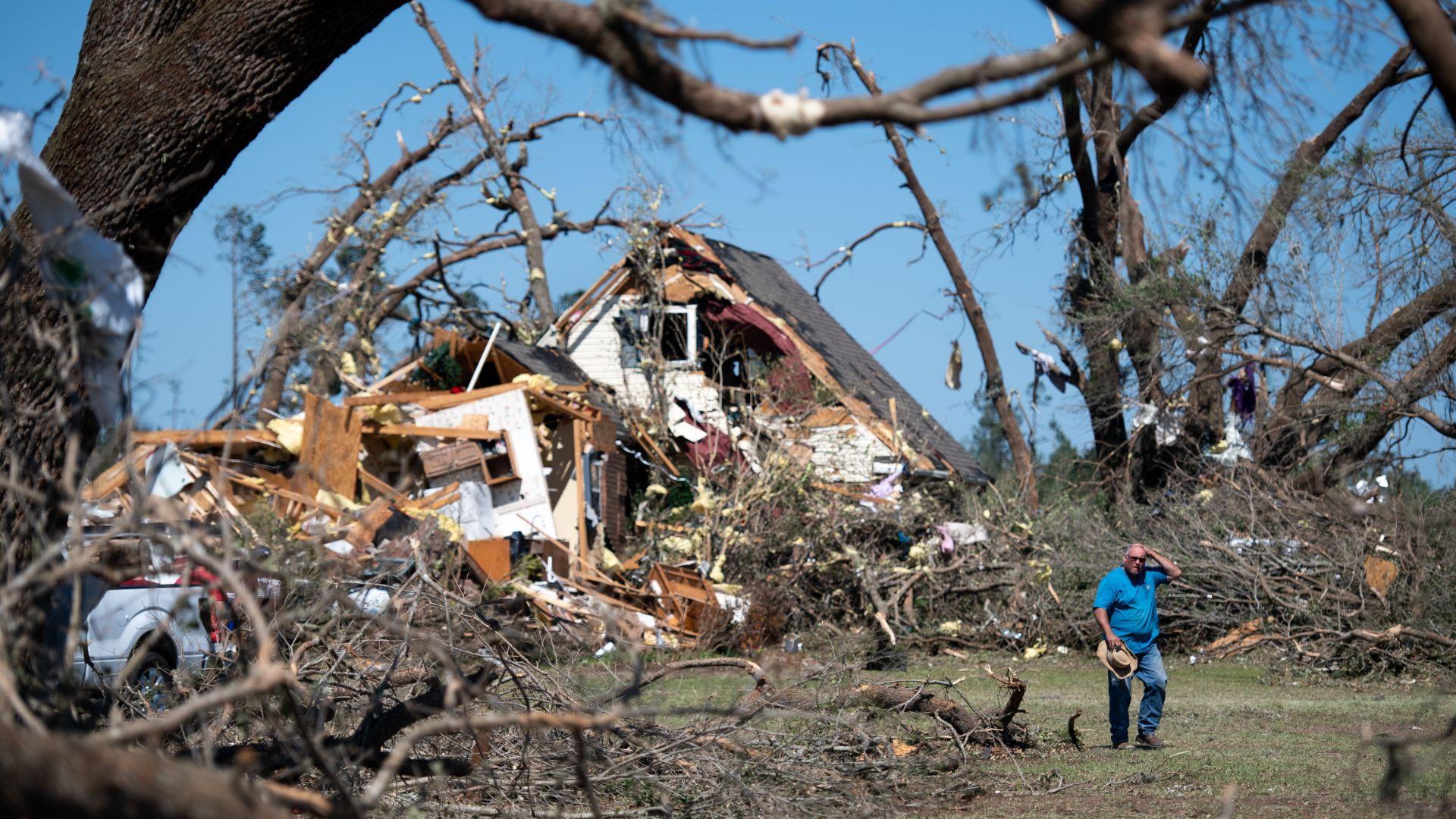 Бури торнадо причиниха смъртта на най-малко 32 души в американския