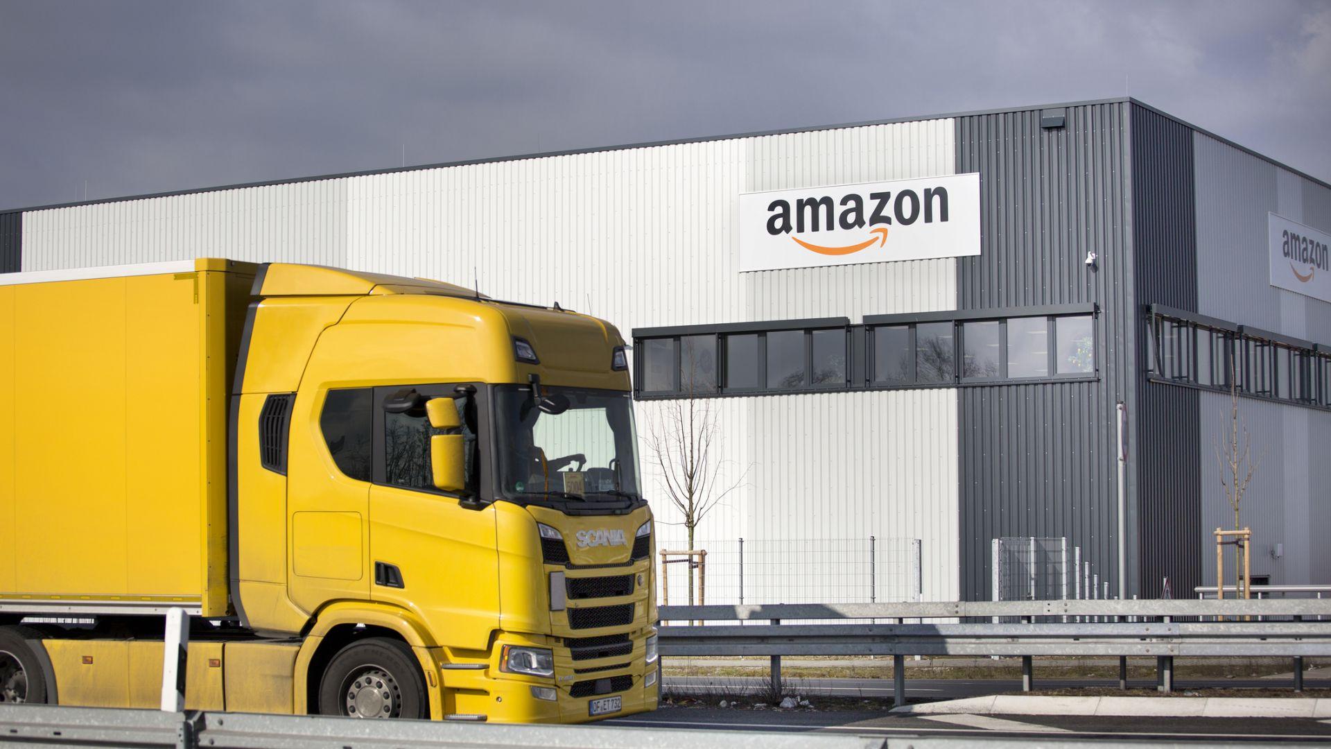 Amazon наема 75 000 работници за да посрещне растящите поръчки