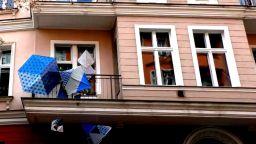 Художници излагат творбите си по балконите в Берлин