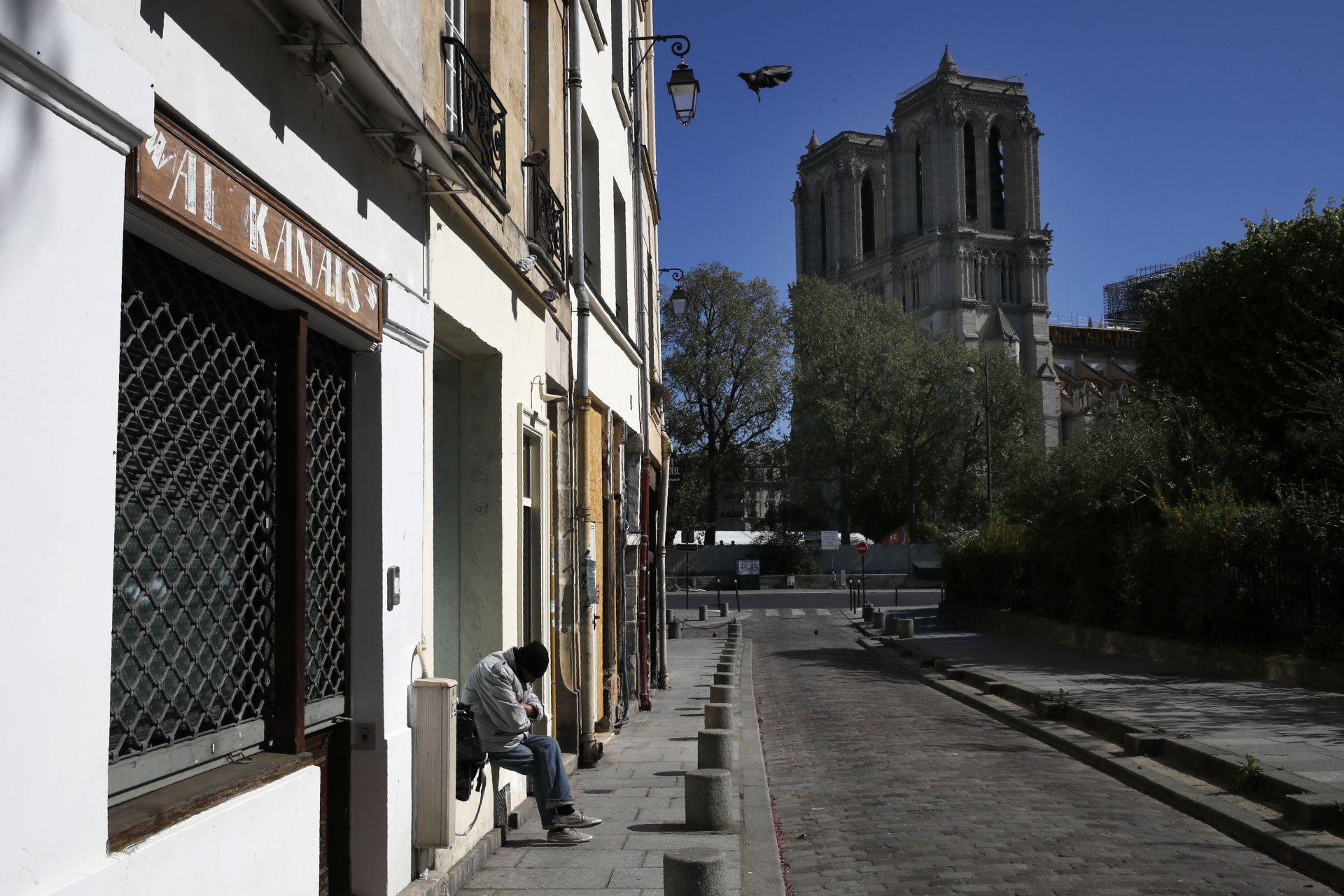 Година след пожара катедралата стои осакатена и самотна