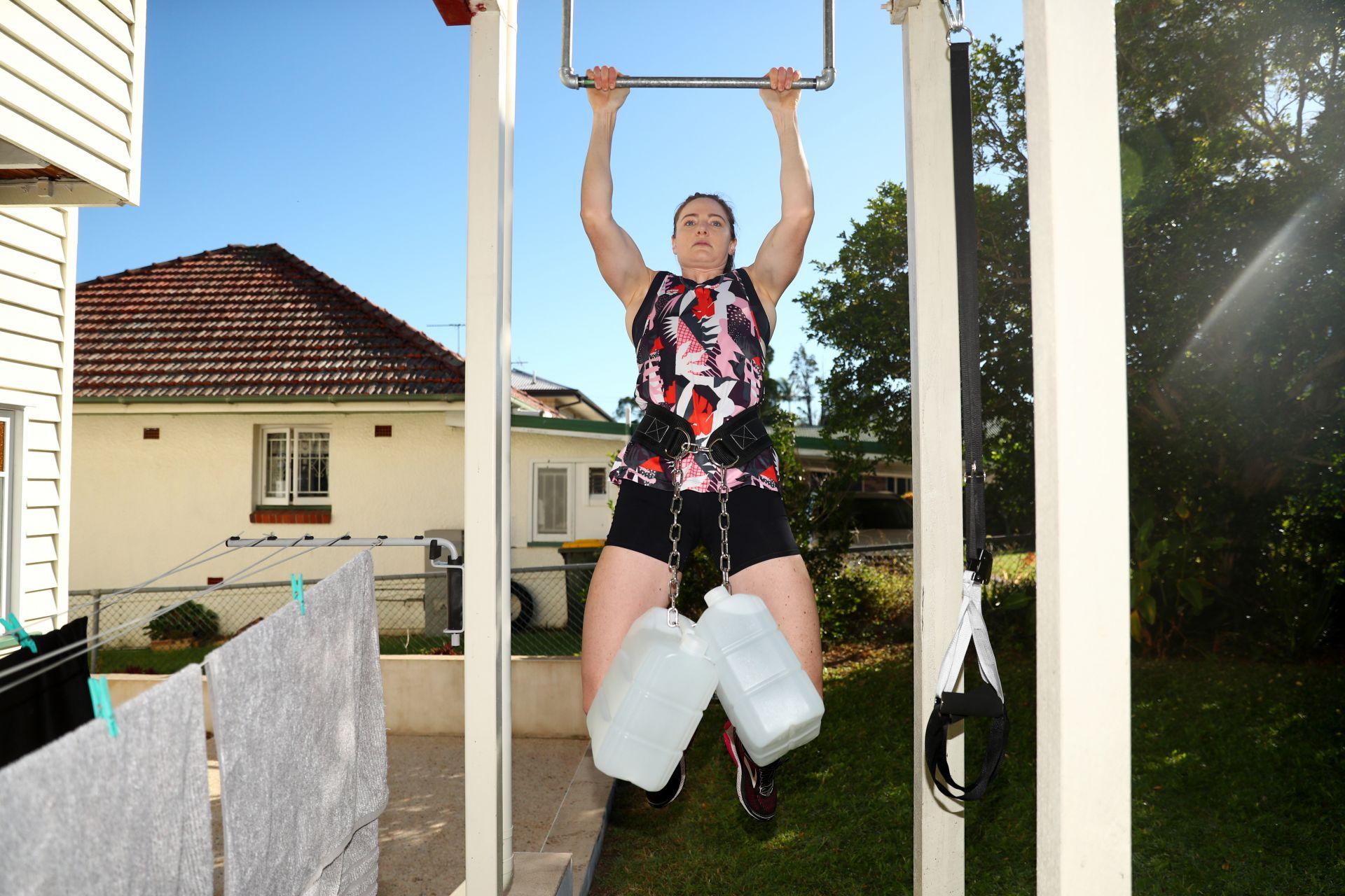 Австралийката прави задължително набирания, както и стречинг за гърба