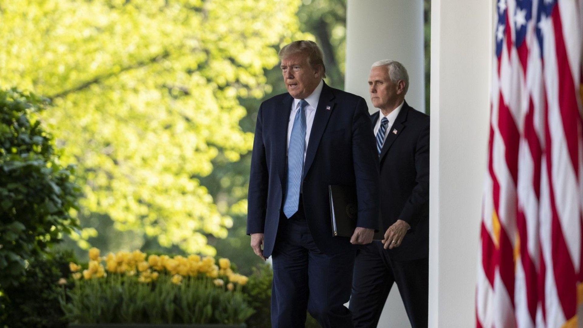 """Тръмп похвали """"големите тлъсти"""" чекове с неговото име"""
