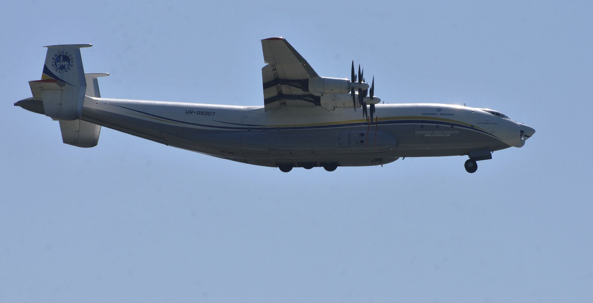 Най-големият витлов самолет в света Антонов Ан-22 /Антей/ излетя от летище Бургас