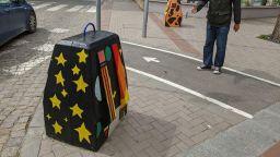 Авангардни графити разкрасиха улични ограничители във Варна (снимки)
