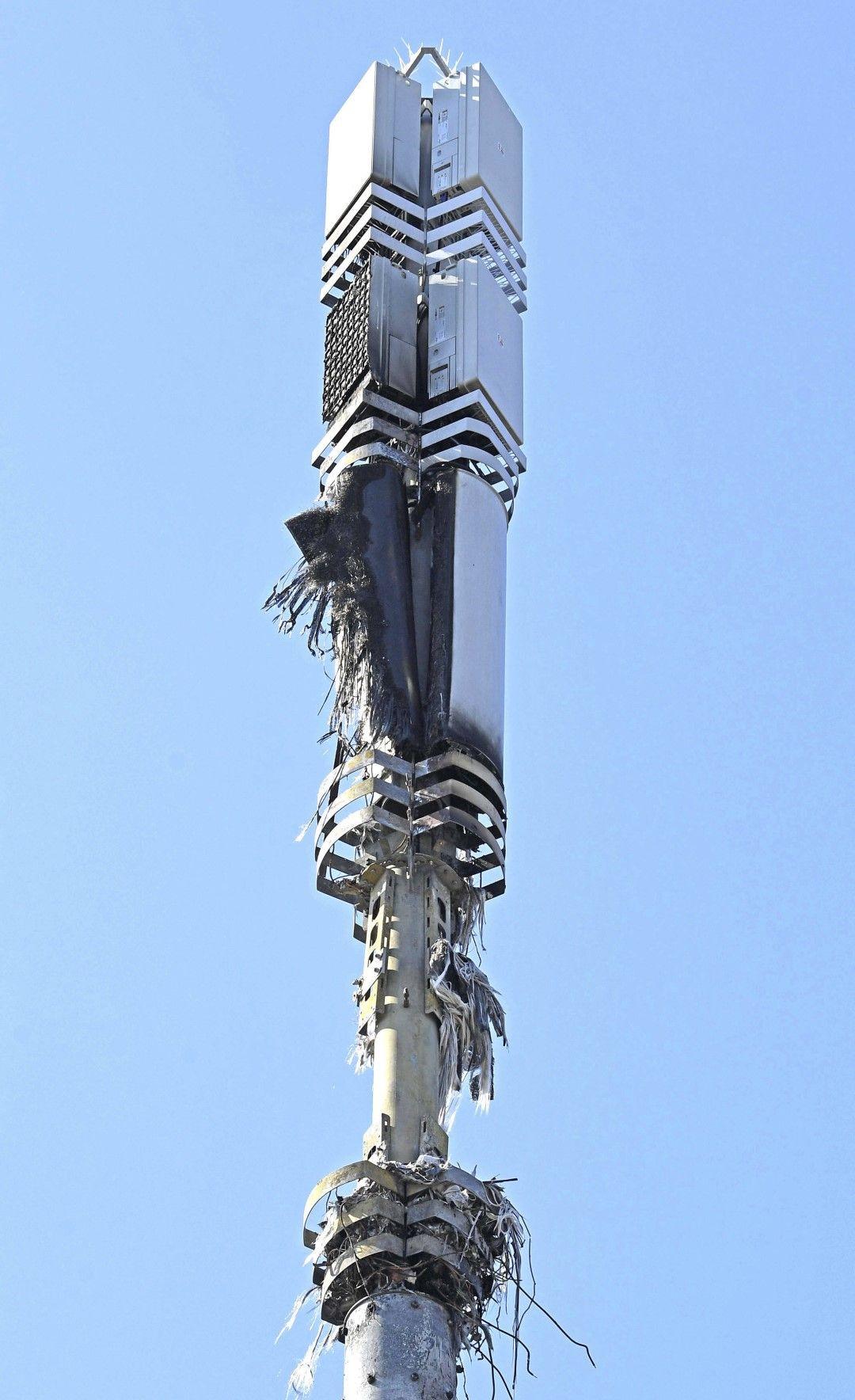 Кула на мобилен оператор, поразена от умишлен палеж в Дагенхам, Великобритания, 14 април