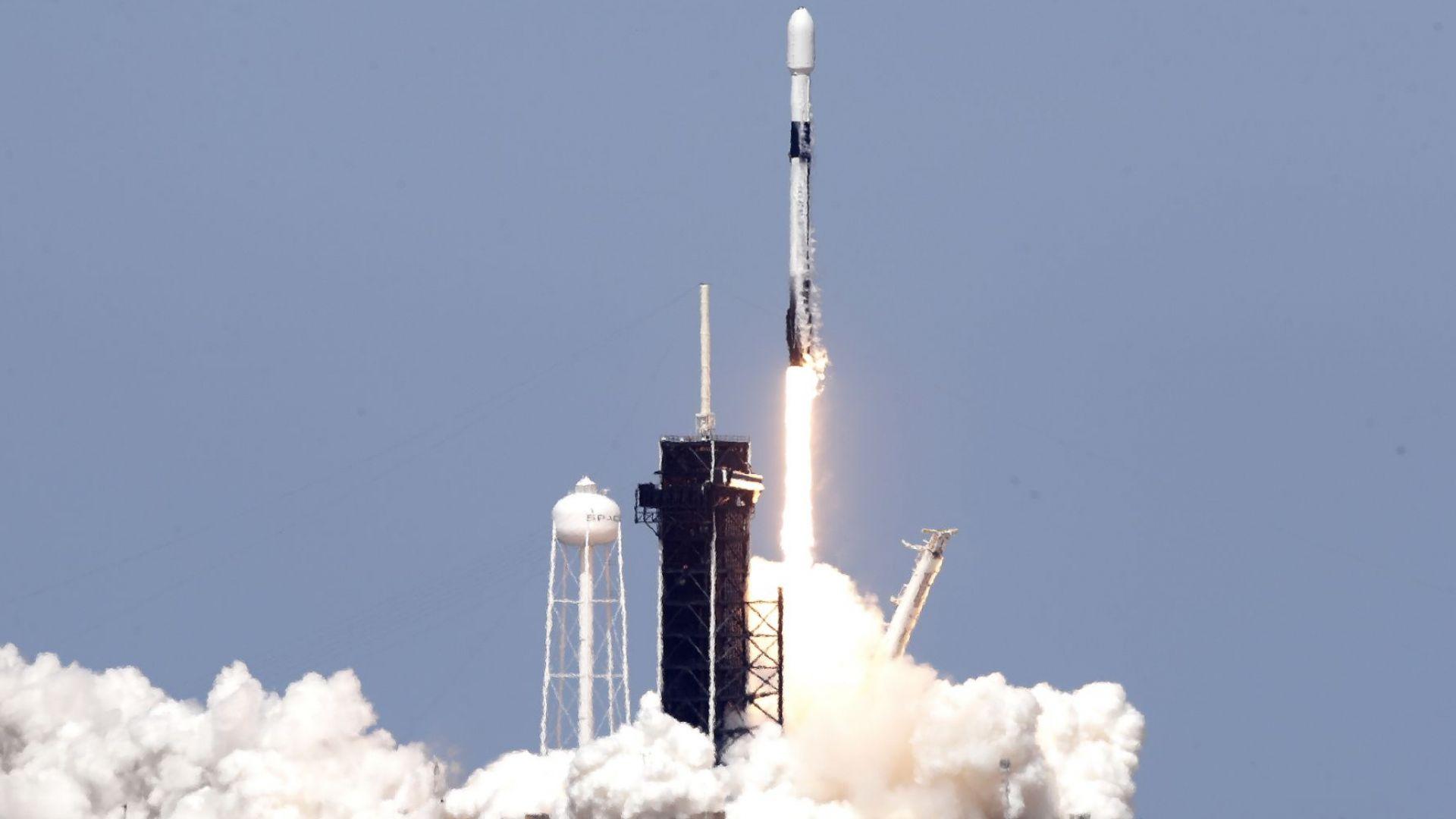 SpaceX изстреля ракета носител с 60 спътника за бърз интернет (снимки, видео)