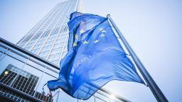 """ЕЦБ призова подкрепата да продължи, но да не се """"влива кръв"""" в слаби компании"""