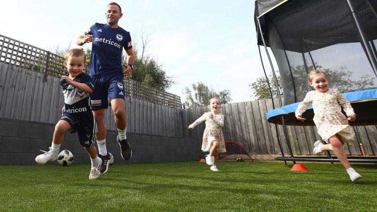 Спорт вкъщи: Легендата Лий срещу тризнаците, без да броим кучето (Снимки)