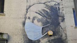 """""""Момичето с пробитото тъпанче"""" на Банкси вече е с медицинска маска"""
