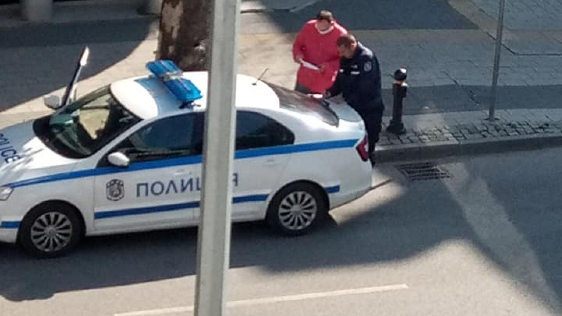 Глобиха полицай, съставял акт без маска (видео)