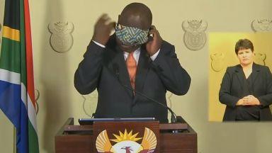 Как президентът на Южна Африка си слага маска? Видеото се превърна в световен хит