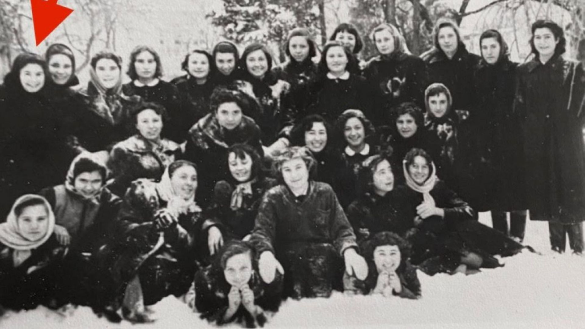 Лили Иванова (със стрелката) сред съкурсистите си от Медицинския техникум за медицински сестри и акушерки в един снежен ден в Морската градина на гр. Варна 1956-57 г.