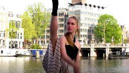 Звездни балетисти танцуват по празните улици в Амстердам