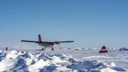 Световен рекорд: Руснаци извършиха групов парашутен скок в Арктика от височина 10 км