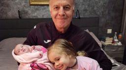 Наско Сираков щастлив с двете си внучки на рождения си ден