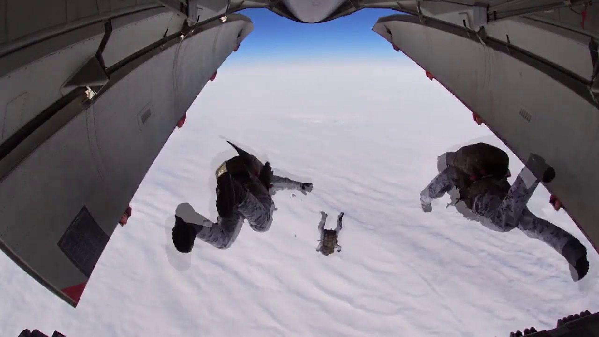Руски парашутисти скочиха от 10 км височина в Арктика