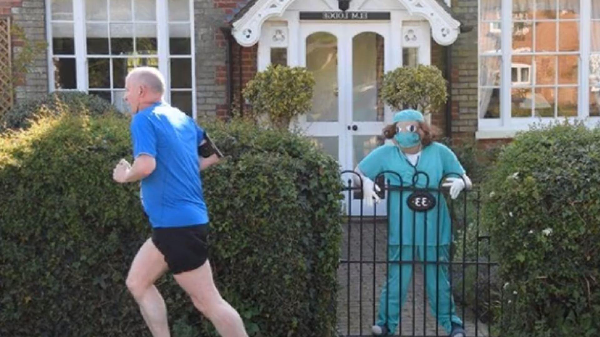 """Жителите на британско село се движат """"под погледа"""" на плашила на медици"""