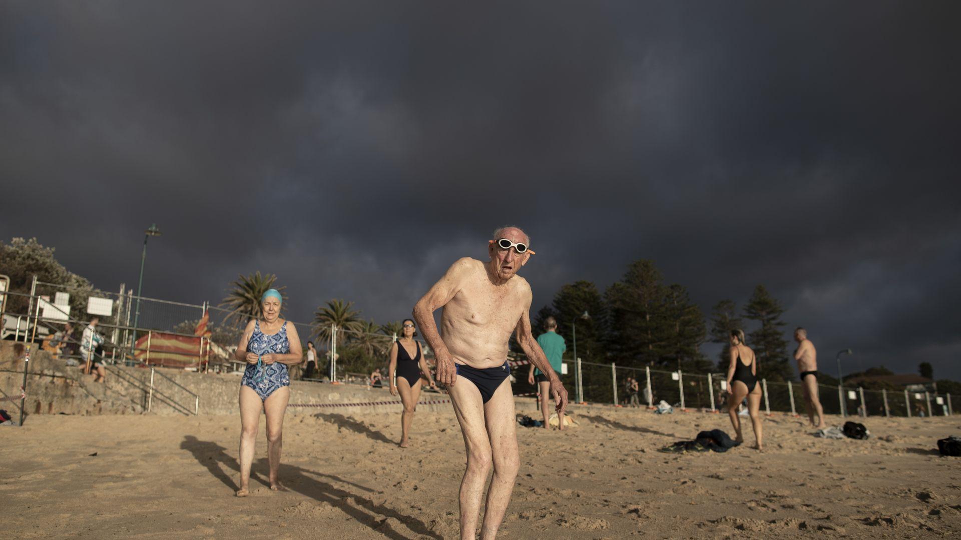 "Отвориха плажа ""Бонди"" в Сидни само за къпане"