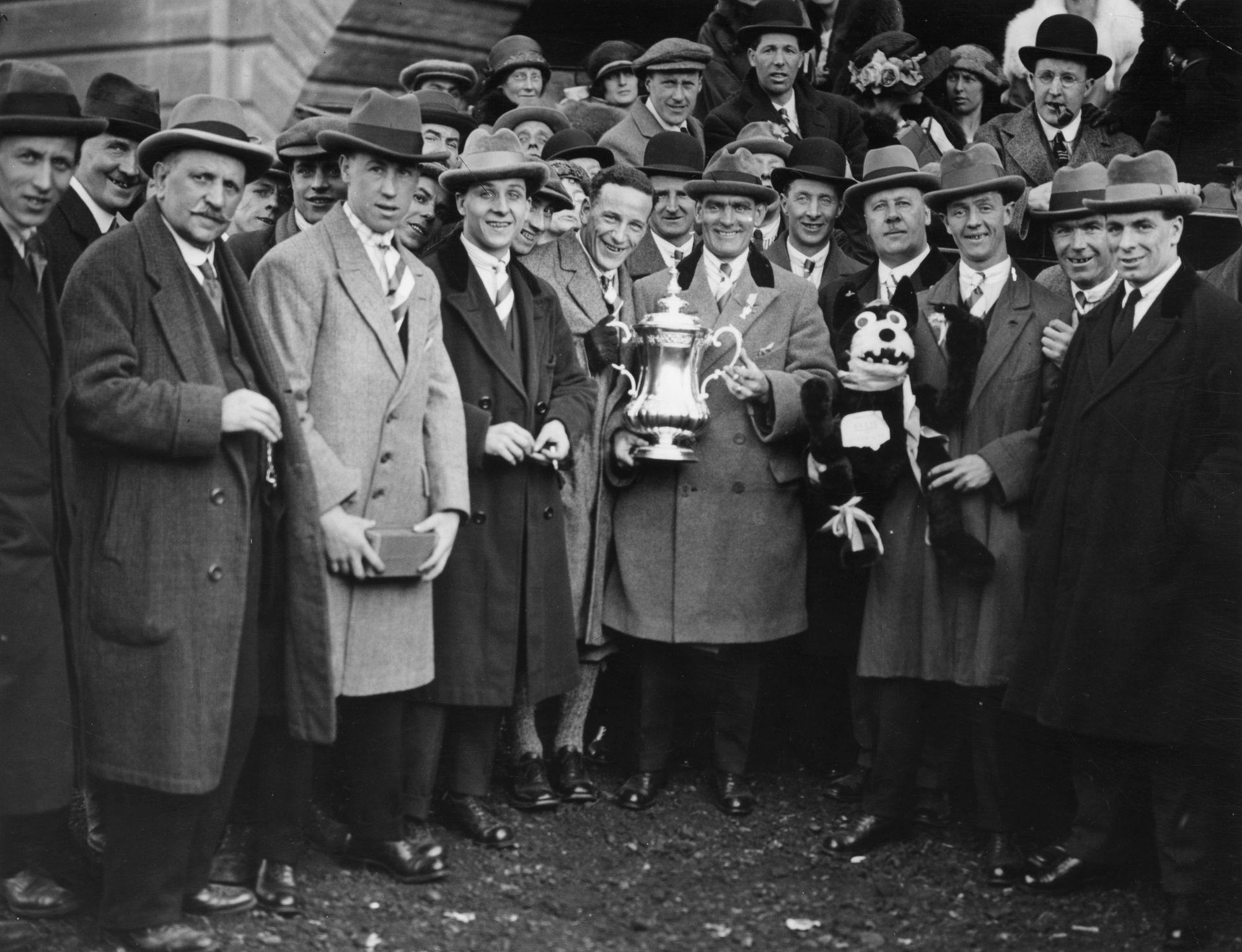 Болън показва Купата на Футболната асоциация след слизането от влака в града