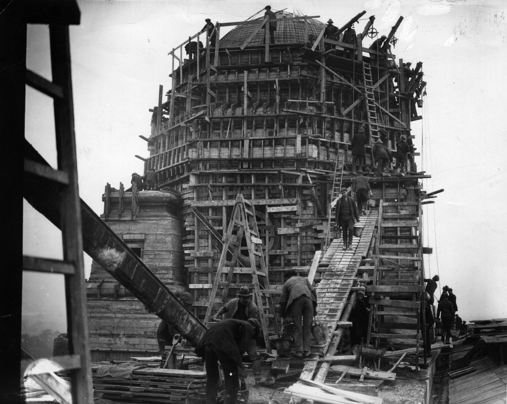 """Една от двете Кули-близнаци по време на строежа. Те станаха символни за стария """"Уембли"""""""