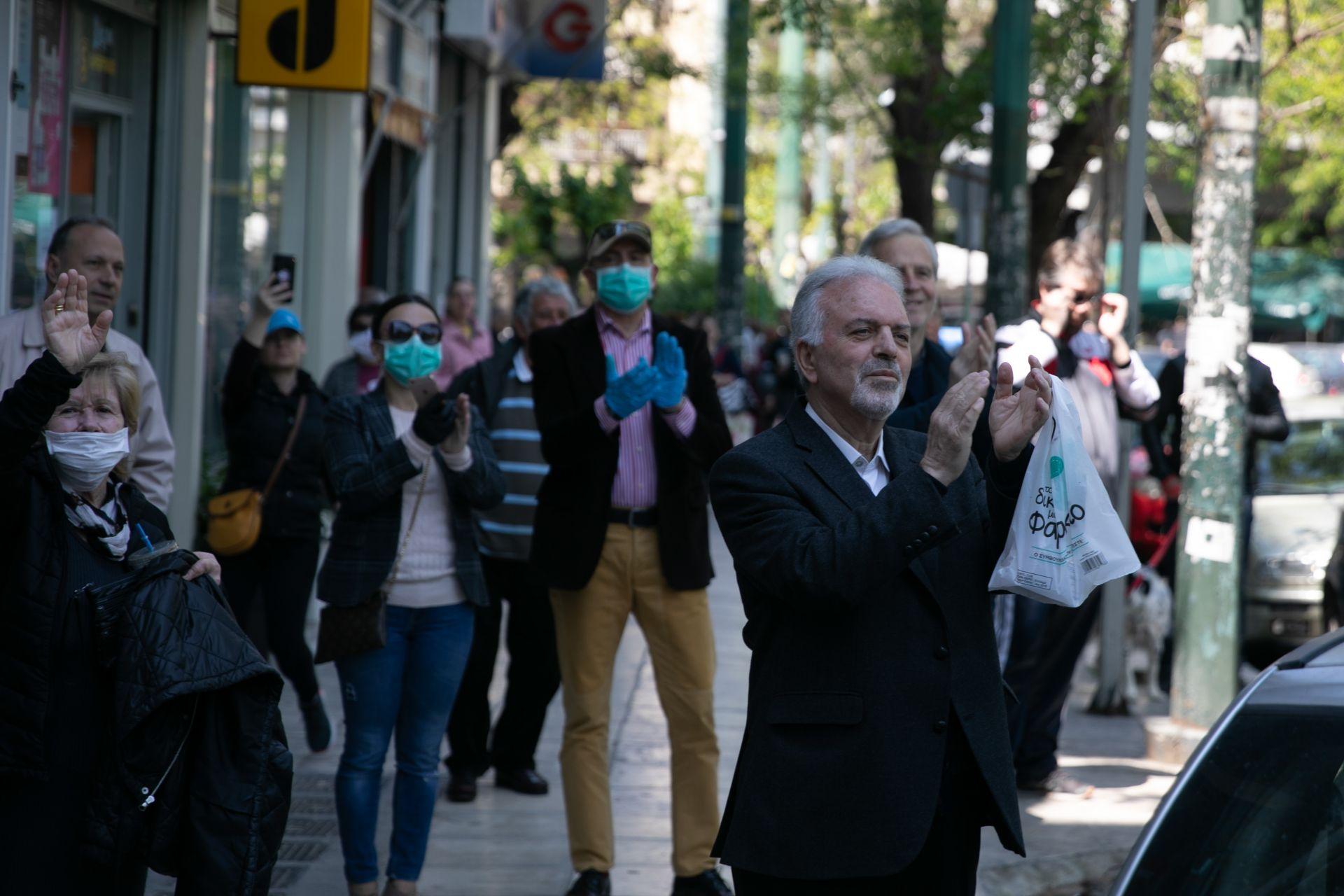 Гърци ръкопляскат на уличен музикант