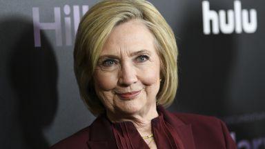 Хилари Клинтън издава трилър с известна писателка