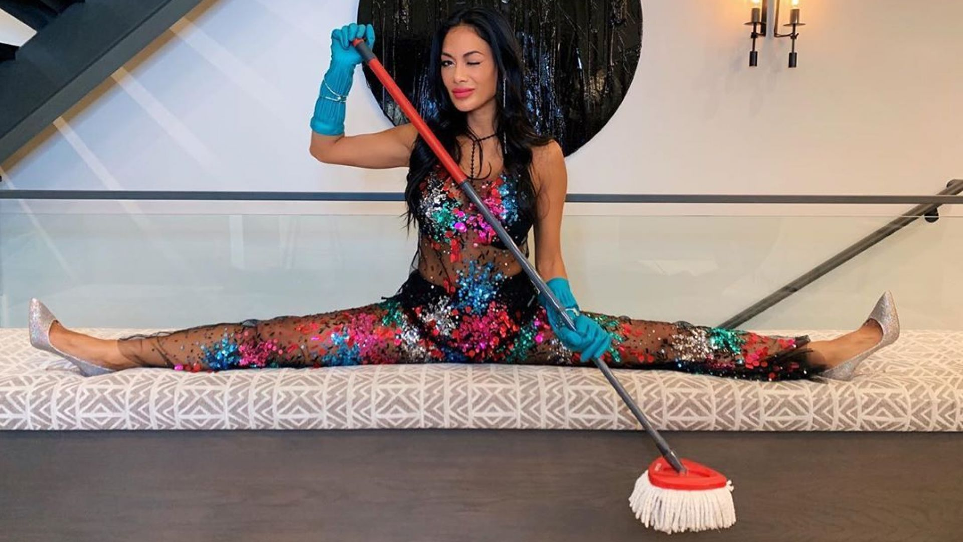 Никол Шерцингер чисти у дома на шпагат и по секси облекло
