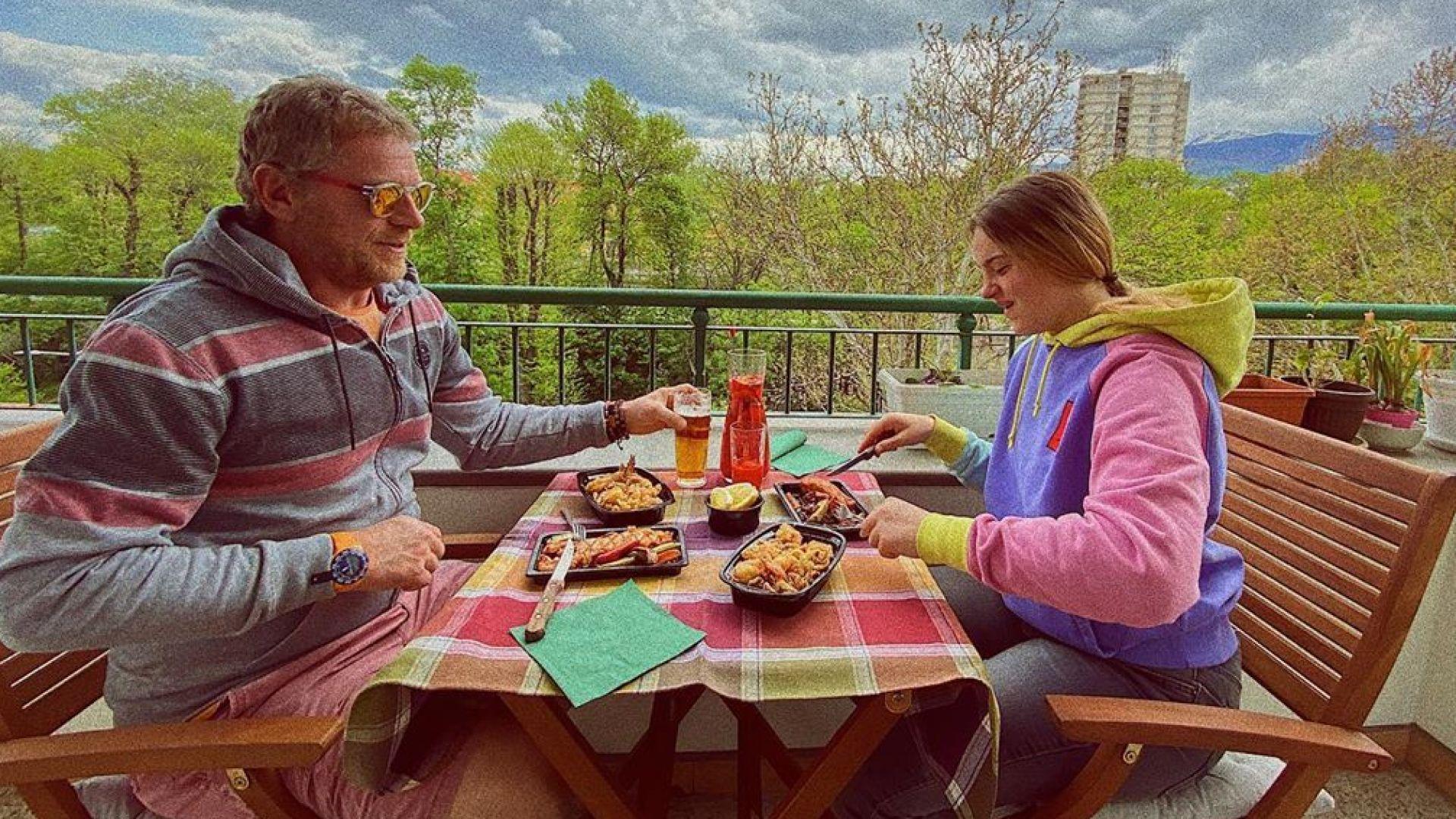 Юлиан Вергов на семеен обяд с дъщеря си