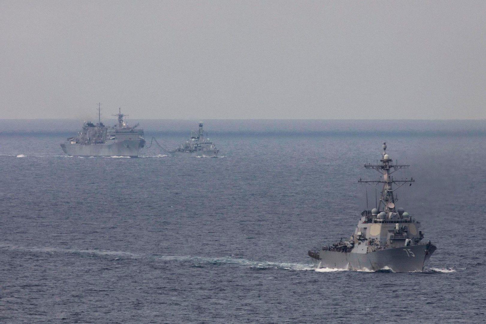 Корабът Доналд Кук (на преден план), британската фрегата Кент и американският кораб за снабдяване Съплай в Баренцово море, 3 май