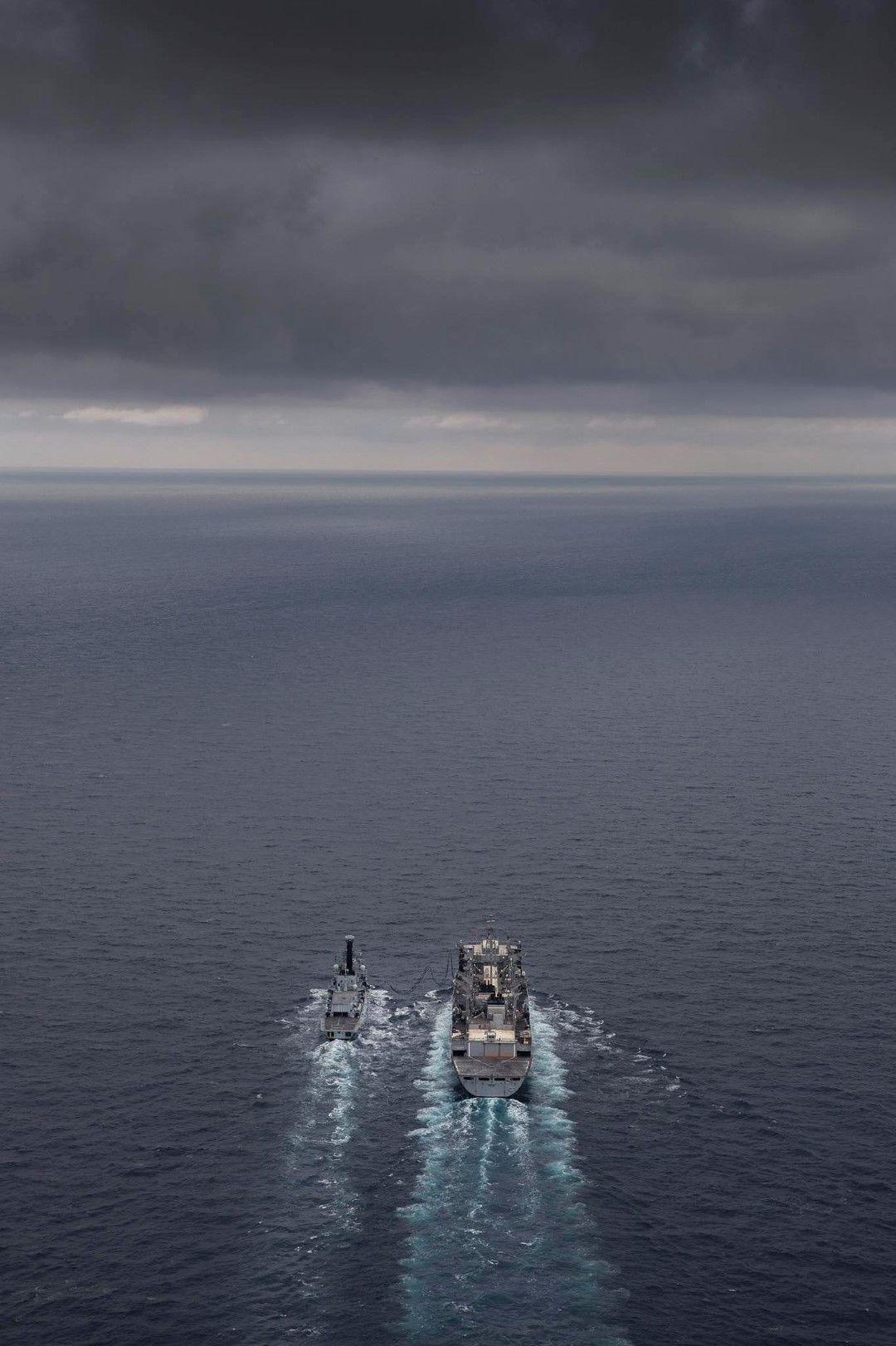 Британската фрегата Кент (вляво) и американският кораб за снабдяване Съплай в Баренцово море, 3 май
