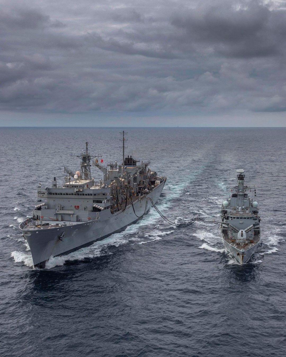 Корабите Кент (вляво) и Съплай по време на учението в Баренцово море