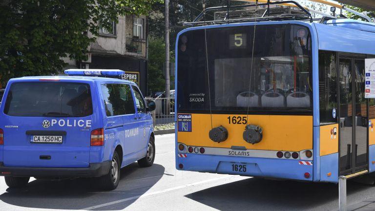 Мъж намушка 22-годишен младеж след спор в тролей в София,