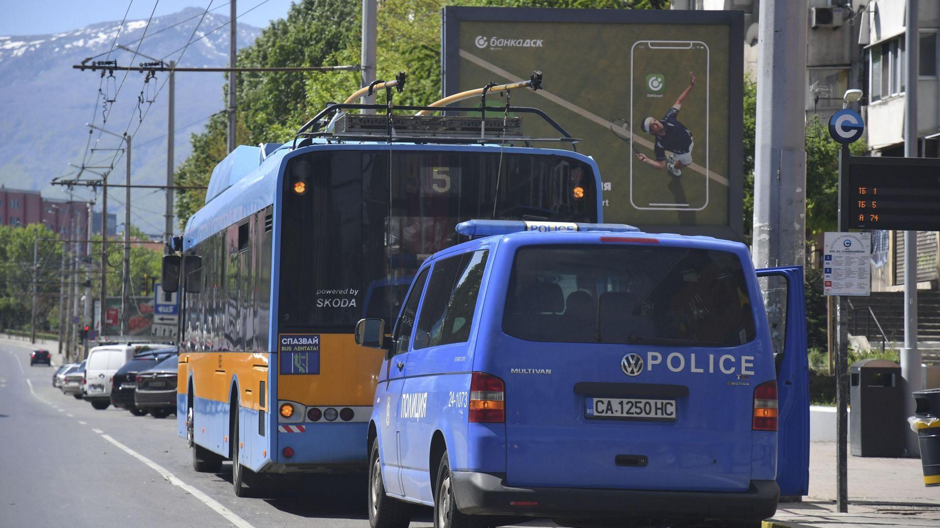Закопчаха с белезници пътник без билет в градския транспорт