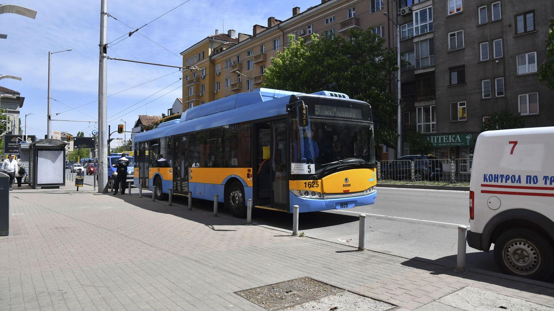 Шофьорите на градския транспорт в София отново ще продават билети