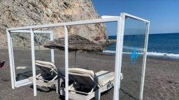 Кабинки от плексиглас на плажа на гръцкия остров Санторини (видео)
