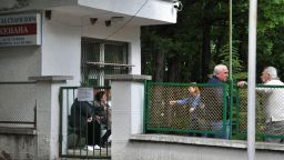 Възстановяват услугите в домовете за възрастни и деца, но не и посещенията