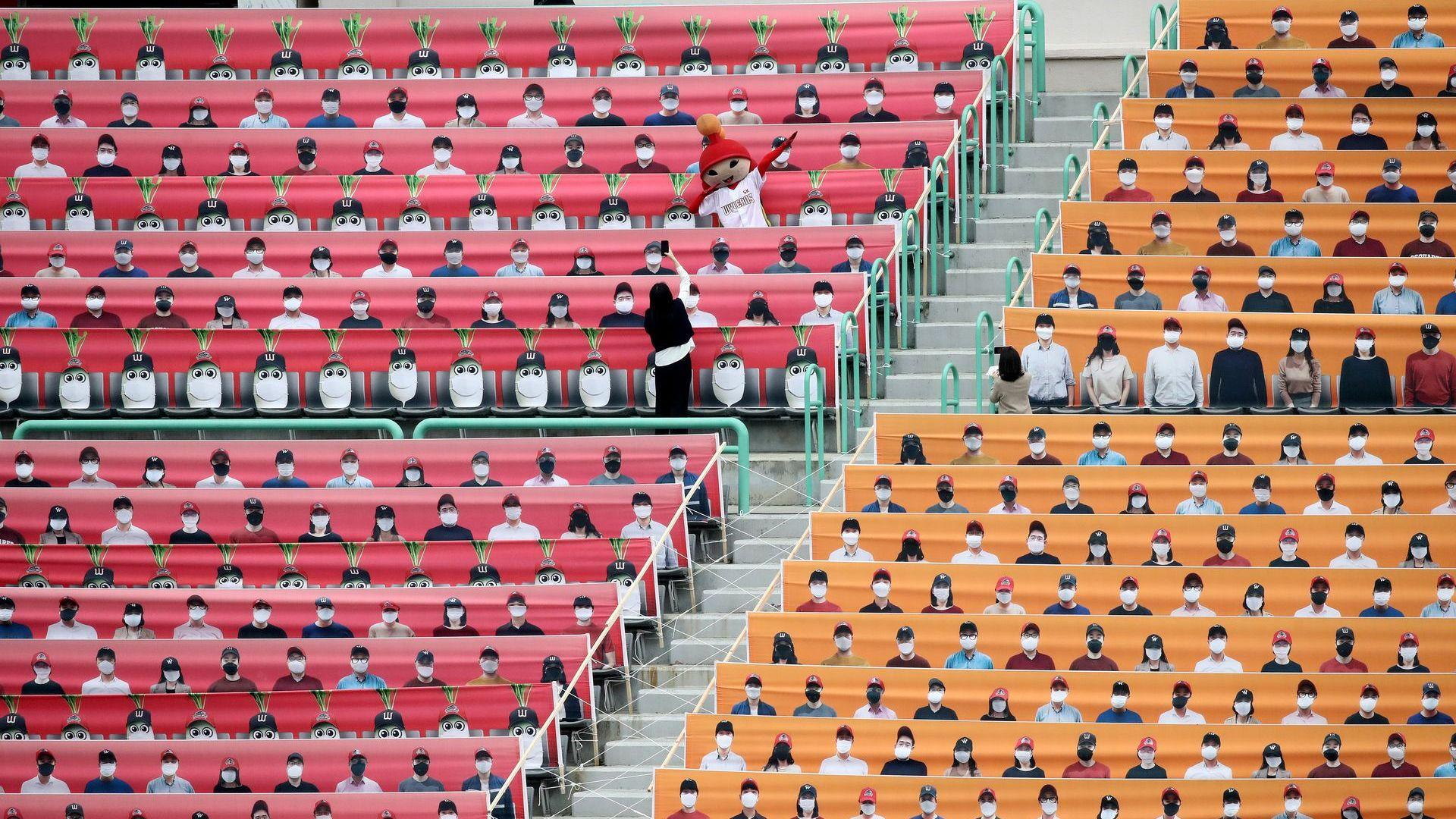 Южна Корея рестартира спорта пред огромен световен интерес и с нарисувани фенове