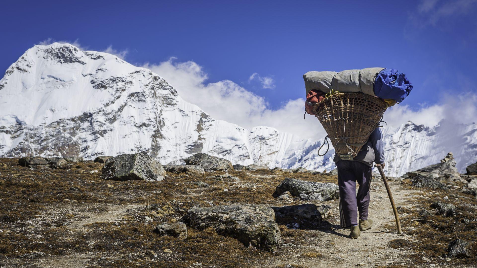 Непалските шерпи са изправени пред безработица заради срива в туризма