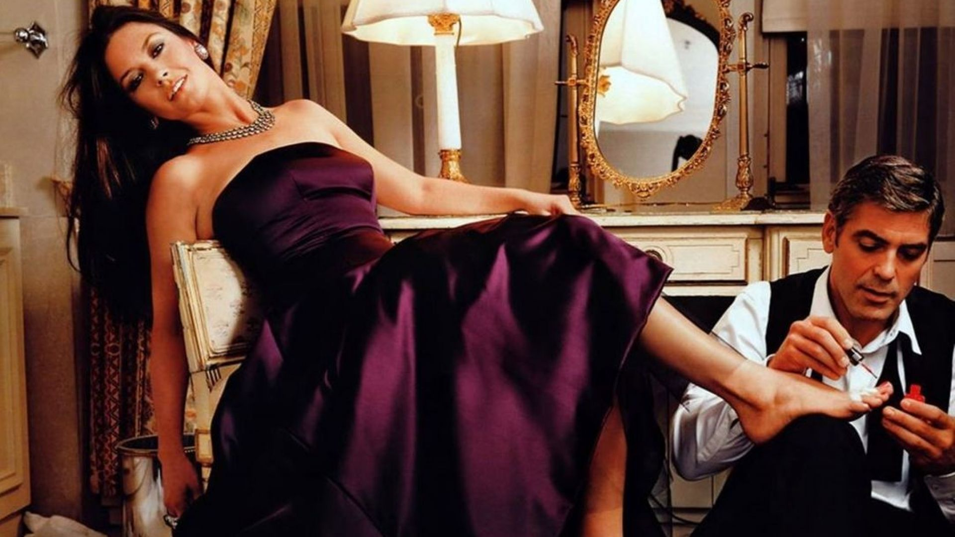 На 59-ия си рожден ден Джордж Клуни прави педикюр на Катрин Зита-Джоунс