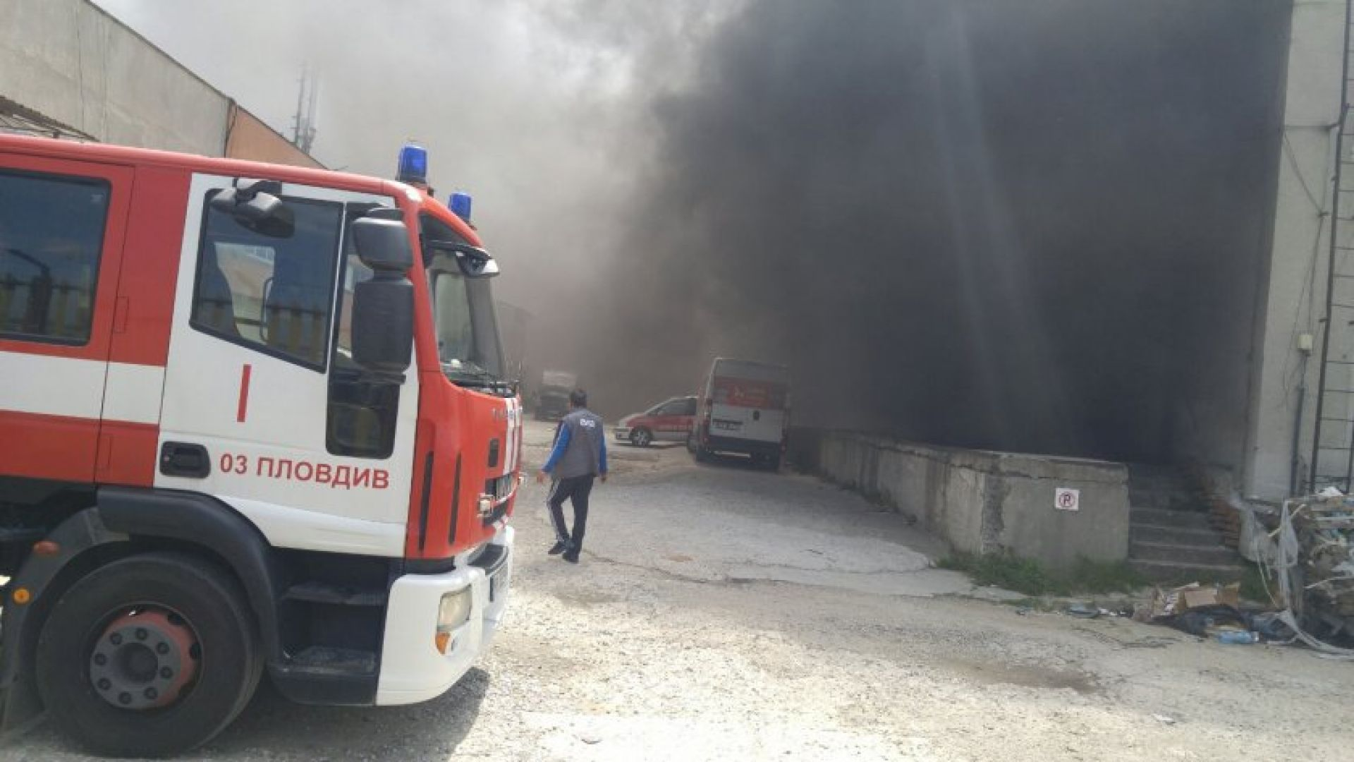 Пожар е избухнал в склад за дрехи втора употреба във